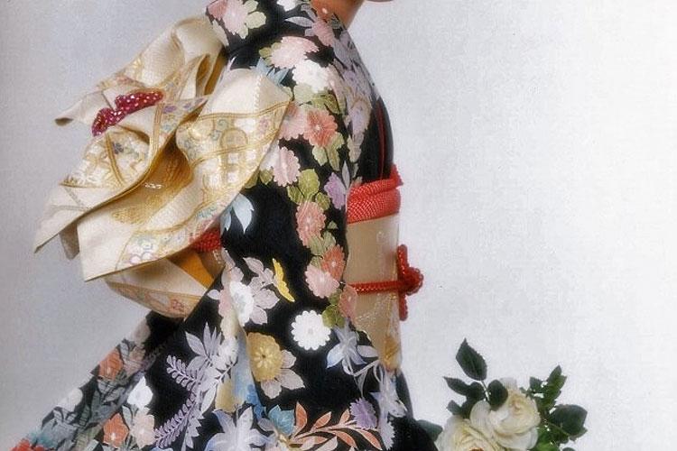 成人式写真で黒の振袖なら綺麗系メイク!色味や普段メイクとの違いを紹介7