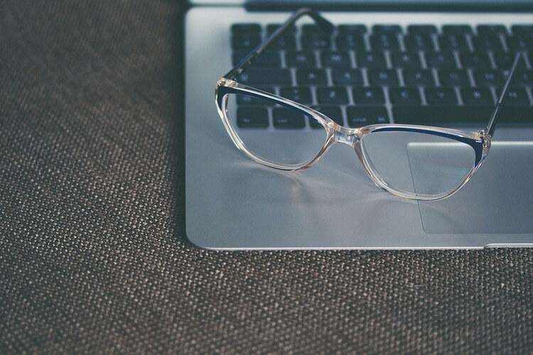 就活写真でメガネをかけてもいい?メガネのときの注意点や選び方を解説3