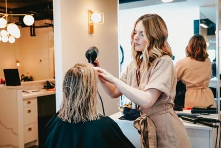 前髪はどんなスタイル?女性の就活写真に適した前髪をプロが解説!2