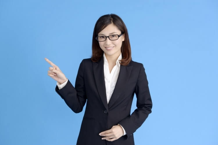 女性が就活写真を撮る時の服装は?プロが選び方・正しい着こなしを解説