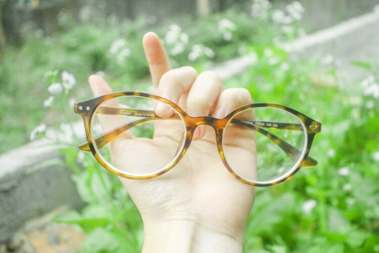 婚活写真にメガネ着用はNG?プロがおすすめの眼鏡も紹介!