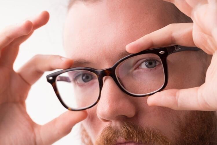 婚活写真にメガネ着用はNG?プロがおすすめの眼鏡も紹介!10