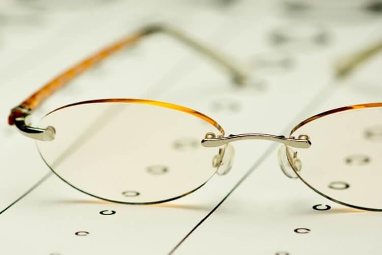 婚活写真にメガネ着用はNG?プロがおすすめの眼鏡も紹介!11