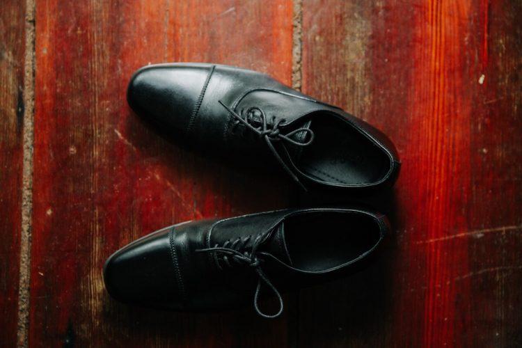 ビジネスプロフィール写真は足元を見られる!男性の靴の選び方を紹介1