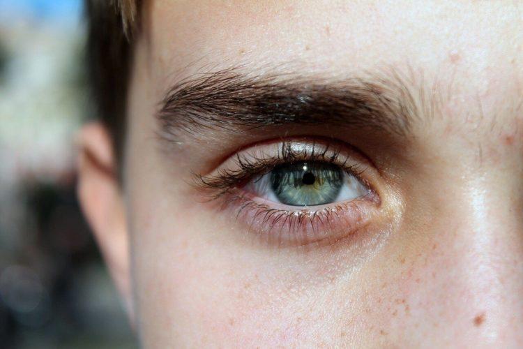 眉毛が鍵!男性のビジネスプロフィール写真で好印象となる眉毛とは1