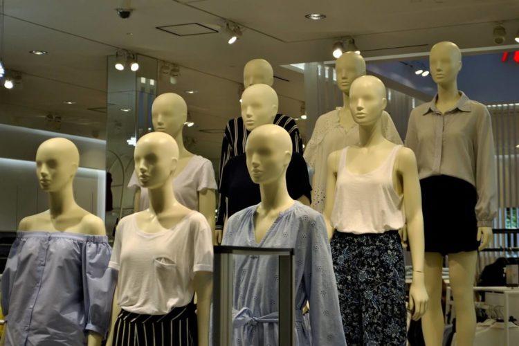 ビジネスプロフィール写真で女性が着るべきブラウスの特徴を紹介3