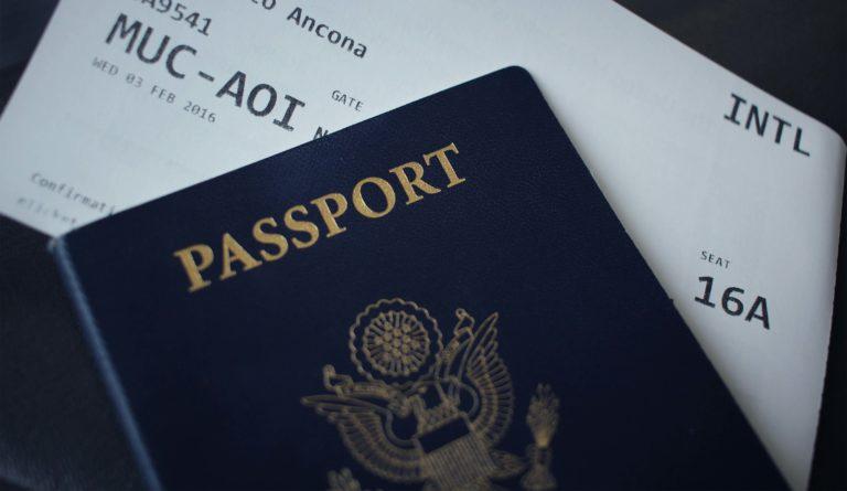 間違えると再提出かも!パスポート写真に適した女性の服装を解説5