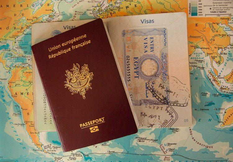 パスポート写真の背景色は何色?知らなきゃやばい禁止事項も解説1