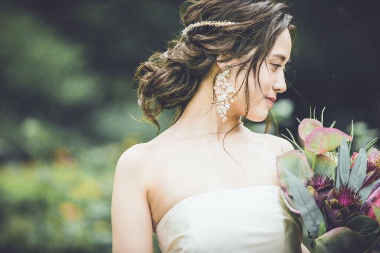 ロングの花嫁はドレスか和装で髪型選び!人気スタイルと髪飾りを紹介