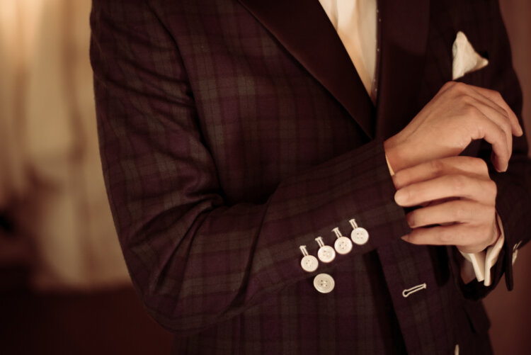 フォトウェディングの新郎の衣装は種類・色・柄で選ぶ!ネクタイ・シャツ・小物も紹介