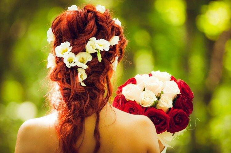 ロングの花嫁はドレスか和装で髪型選び!人気スタイルと髪飾りを紹介3