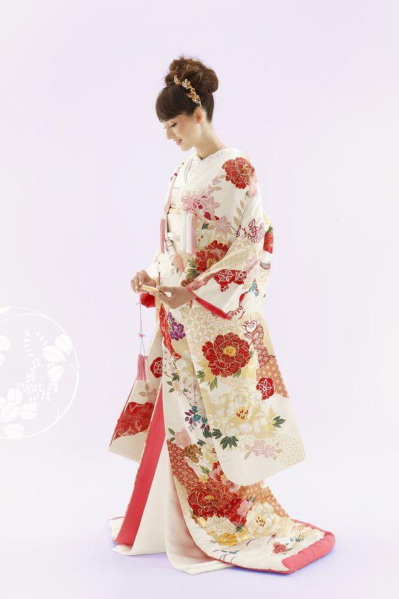 フォトウェディングの和装は白無垢・色打掛・引き振袖のどれ?花嫁に人気の柄や定番の色を紹介9