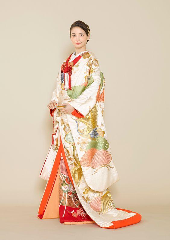 フォトウェディングの和装は白無垢・色打掛・引き振袖のどれ?花嫁に人気の柄や定番の色を紹介4