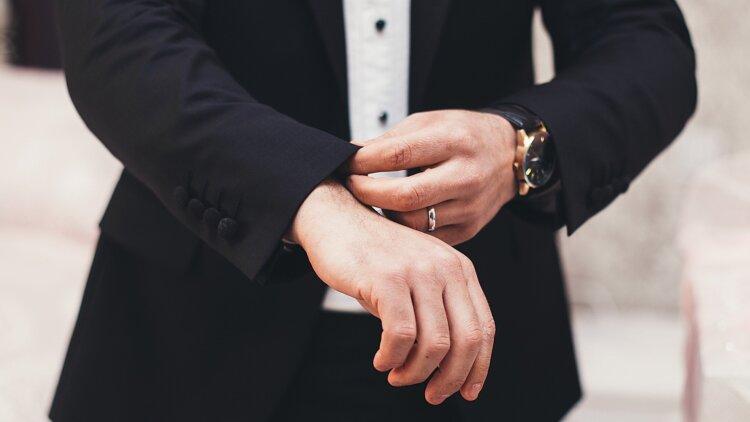 フォトウェディングの新郎の衣装は種類・色・柄で選ぶ!ネクタイ・シャツ・小物も紹介25