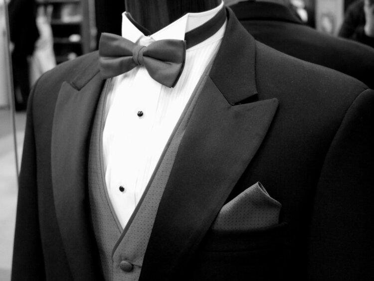 フォトウェディングの新郎の衣装は種類・色・柄で選ぶ!ネクタイ・シャツ・小物も紹介2