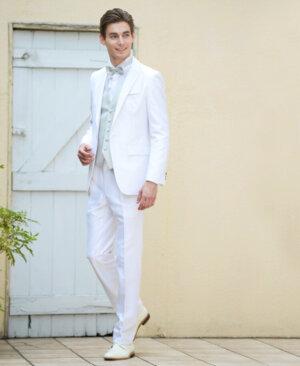 フォトウェディングの新郎の衣装は種類・色・柄で選ぶ!ネクタイ・シャツ・小物も紹介7