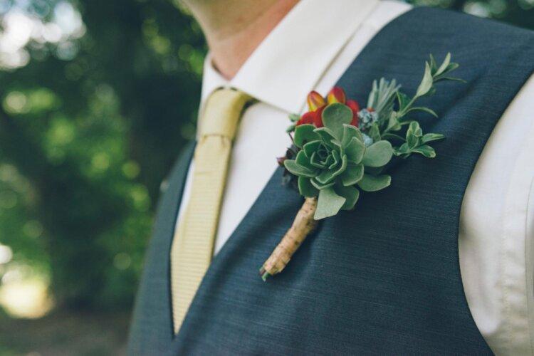 フォトウェディングの新郎の衣装は種類・色・柄で選ぶ!ネクタイ・シャツ・小物も紹介21