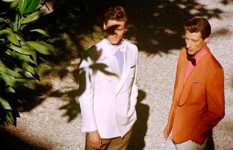 フォトウェディングの新郎の衣装は種類・色・柄で選ぶ!ネクタイ・シャツ・小物も紹介27