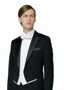 フォトウェディングの新郎の衣装は種類・色・柄で選ぶ!ネクタイ・シャツ・小物も紹介5