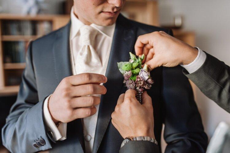フォトウェディングの新郎の衣装は種類・色・柄で選ぶ!ネクタイ・シャツ・小物も紹介1