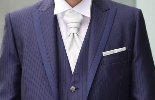 フォトウェディングの新郎の衣装は種類・色・柄で選ぶ!ネクタイ・シャツ・小物も紹介18