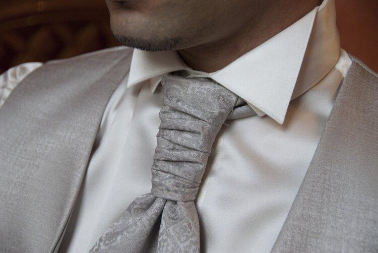 フォトウェディングの新郎の衣装は種類・色・柄で選ぶ!ネクタイ・シャツ・小物も紹介29