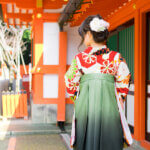 緑の卒業袴は「赤」「オレンジ」をベースにメイク!写真メイクの秘訣を伝授