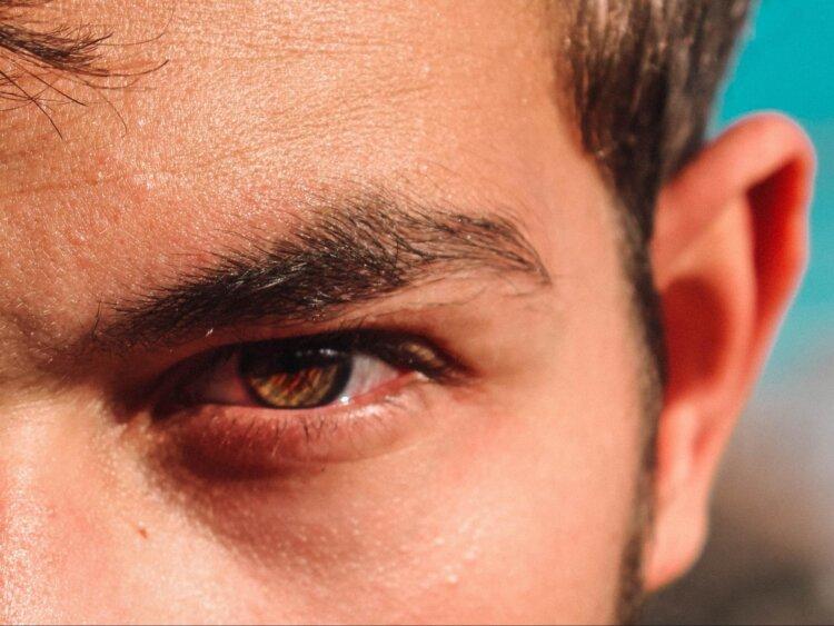 男性の就活写真の写りは眉毛が鍵!デザインや眉毛メイクの手順を紹介1
