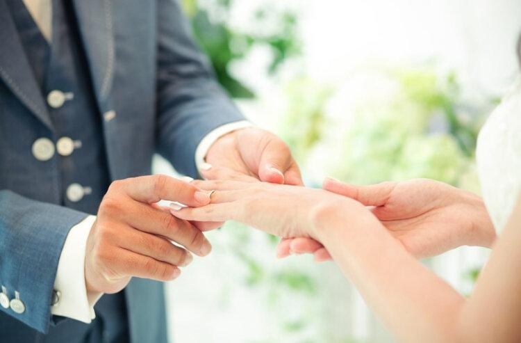 フォトウェディングのポーズは?ふたりのみ・家族・お子さんと・マタニティのポーズ集16