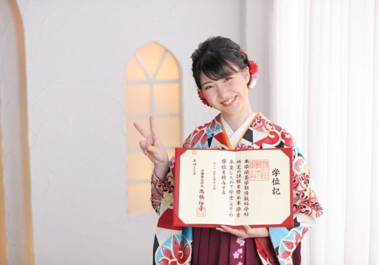 卒業写真のおしゃれなポーズ10選!卒業袴姿を写真で残そう6