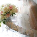 """花嫁の憧れ""""ウェディングベール""""の意味・種類・デザイン・付け方・位置をまるっと解説"""