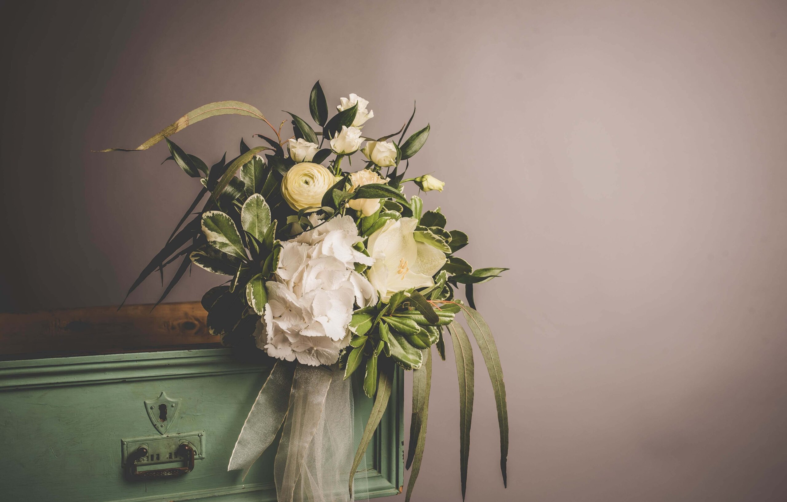 遺影写真を飾る花のおすすめは?種類から色まで紹介