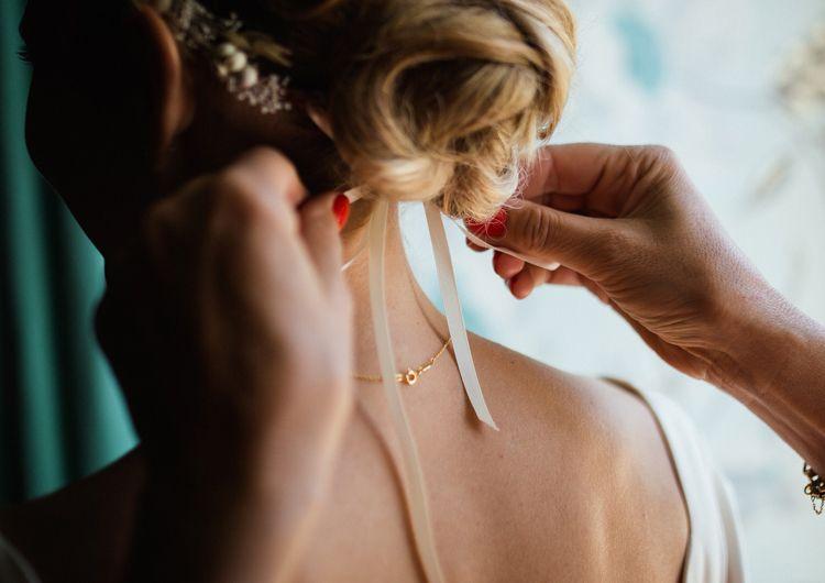 フォトウェディングはアップヘアが花嫁に人気!髪型や髪飾りを紹介2