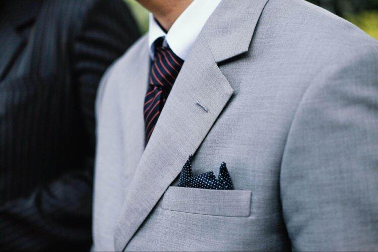 男の卒業写真はスーツでビシッとキメる!適したスーツを紹介3