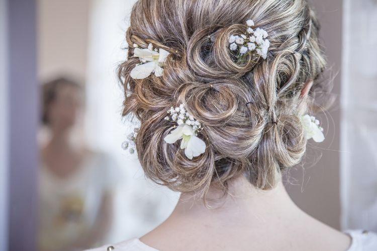 フォトウェディングはアップヘアが花嫁に人気!髪型や髪飾りを紹介1