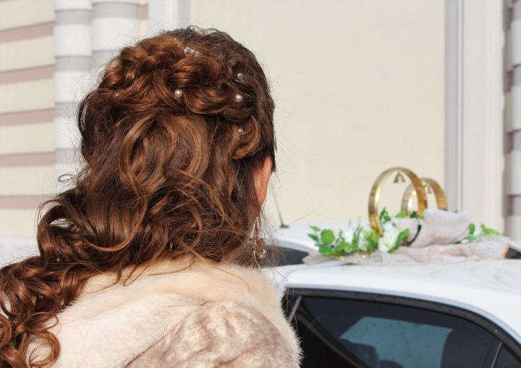フォトウェディングでハーフアップは地味?花嫁に人気のアレンジ&髪飾り5