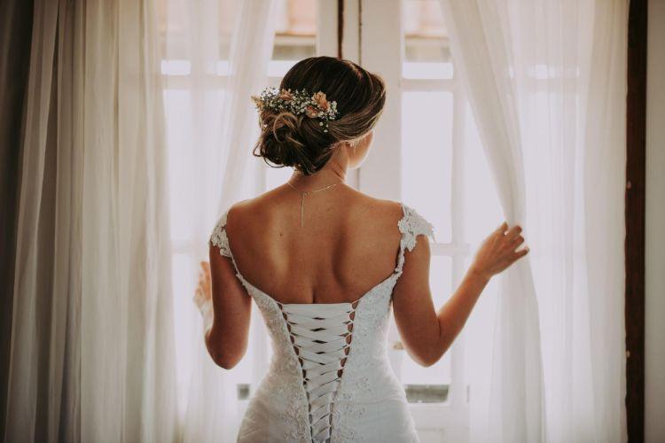フォトウェディングはアップヘアが花嫁に人気!髪型や髪飾りを紹介4