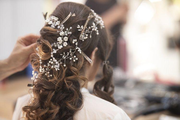 フォトウェディングでハーフアップは地味?花嫁に人気のアレンジ&髪飾り3