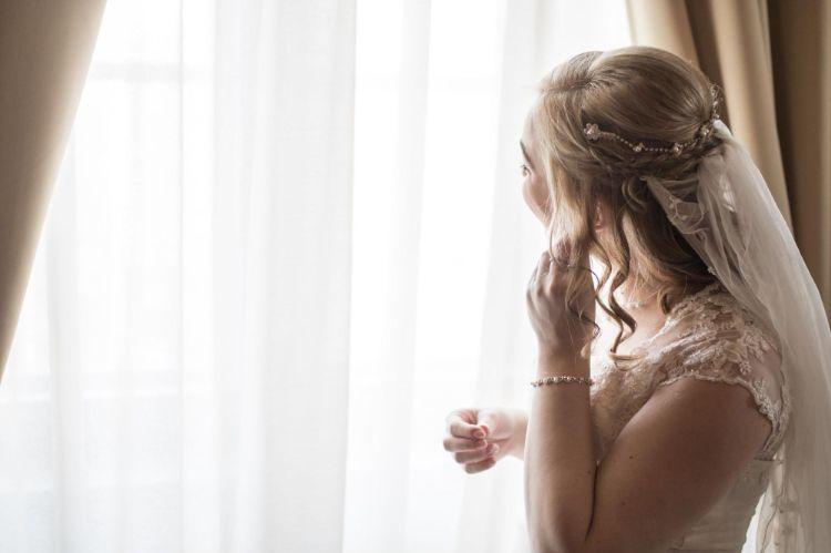 フォトウェディングでハーフアップは地味?花嫁に人気のアレンジ&髪飾り17