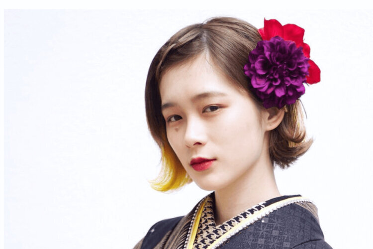 """成人式写真でショートはだめ?振袖×ショートの髪飾りと簡単アレンジを紹介_8"""" width="""
