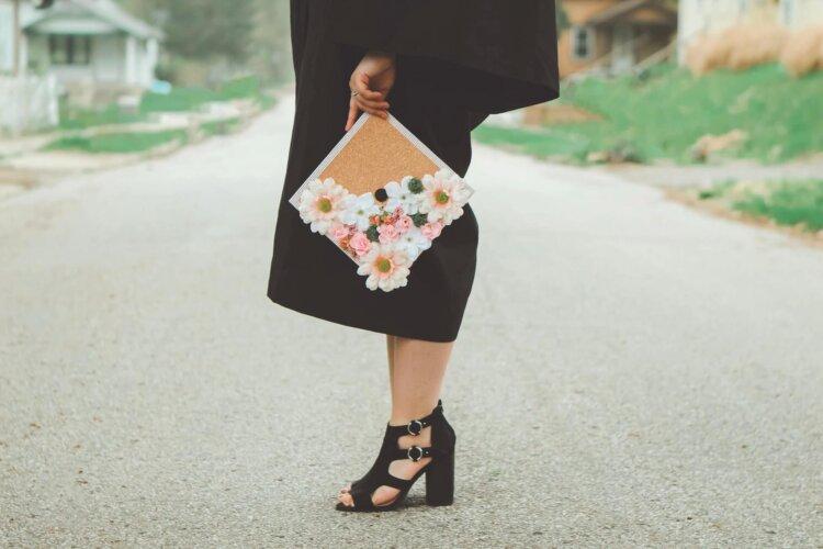 卒業写真は何を着る?適した服装を袴・スーツ・ドレス別に徹底紹介!2