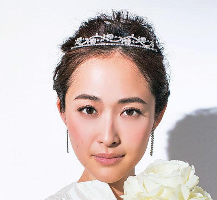 """フォトウェディングは憧れの""""ティアラ"""" 顔タイプや髪型別の選び方11"""