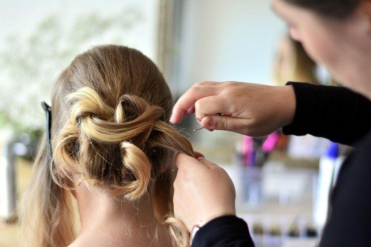 フォトウェディングはアップヘアが花嫁に人気!髪型や髪飾りを紹介14