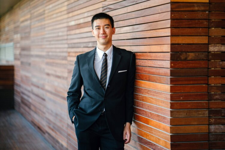 男の卒業写真はスーツでビシッとキメる!適したスーツを紹介4