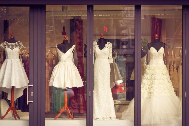 フォトウェディングの花嫁の衣装を購入!相場・注意点・購入の流れ・使い道・保管方法を紹介5
