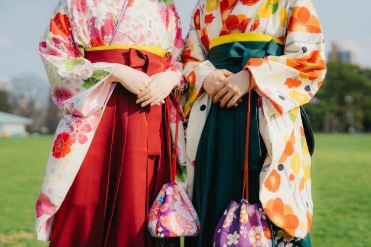 女子学生の卒業写真の服装を徹底紹介!袴・ドレス・スーツを紹介7