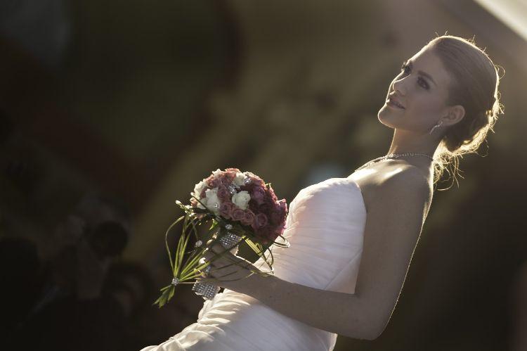 フォトウェディングはアップヘアが花嫁に人気!髪型や髪飾りを紹介8