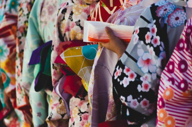 女子学生の卒業写真の服装を徹底紹介!袴・ドレス・スーツを紹介9