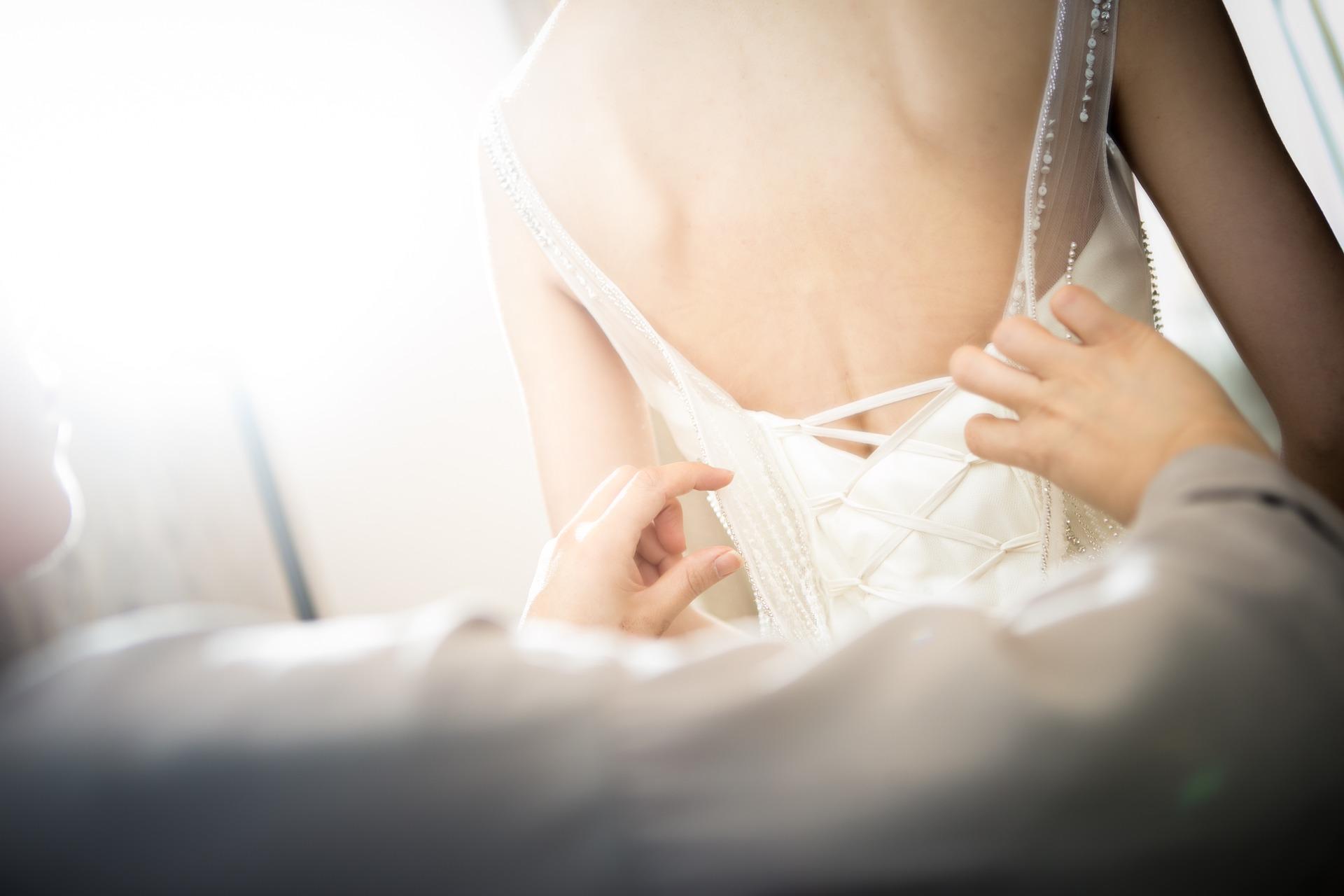 フォトウェディングの花嫁の衣装を購入!相場・注意点・購入の流れ・使い道・保管方法を紹介