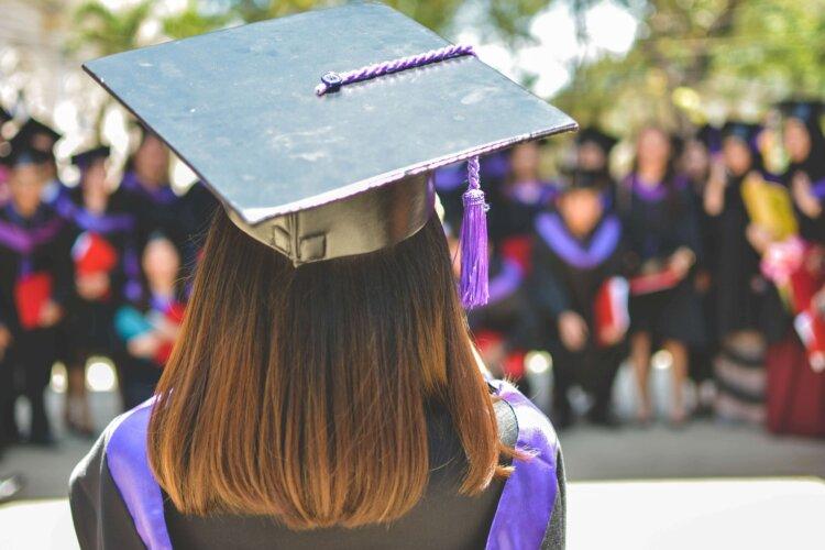 女子学生の卒業写真の服装を徹底紹介!袴・ドレス・スーツを紹介